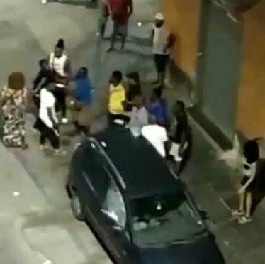 Napoli, africani assaltano quartiere: vandalizzano auto – VIDEO