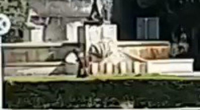 Migrante fa il bagno nudo nella fontana in pieno centro – VIDEO