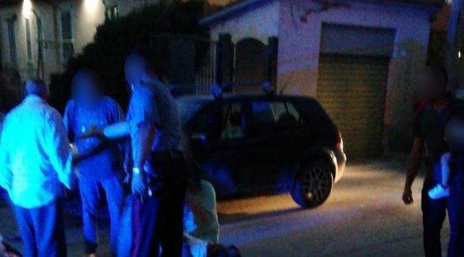 """Accerchiato da immigrati fugge in auto: denunciato per """"lesioni"""""""