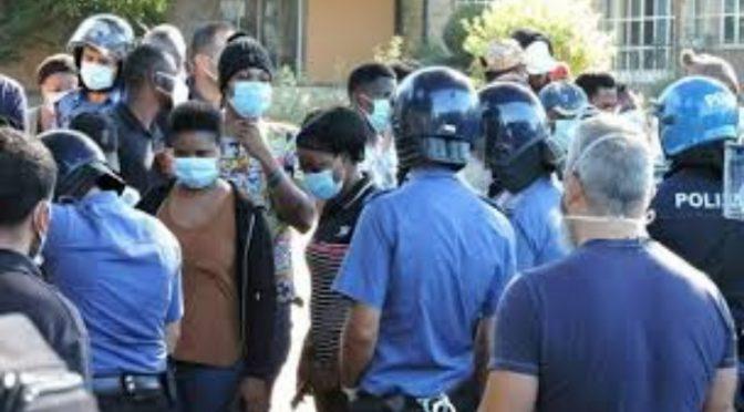 """""""Agenti infettati da immigrati: intera caserma chiusa per Covid dopo rivolta"""""""
