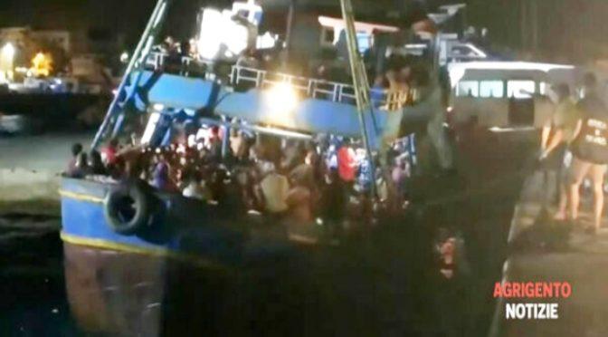 Lampedusa sotto attacco (1.000 SCROCCONI IN 24 ORE) e lo Stato collabora con gli scafisti – VIDEO