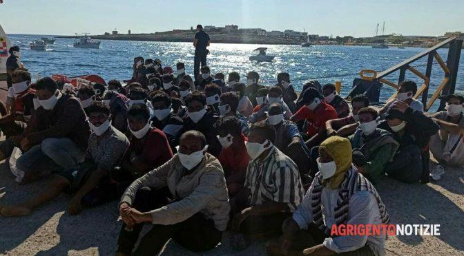Sbarcano col virus, focolaio a Lampedusa: contagiati medici, maestre e bambini – VIDEO
