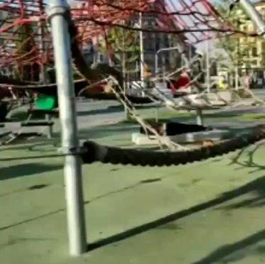 Migranti hanno rubato il parco gioco ai bambini: trasformato in dormitorio – VIDEO