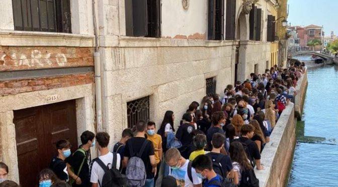 Scuola, gli assembramenti di Azzolina: ma non ci sono i prof – FOTO