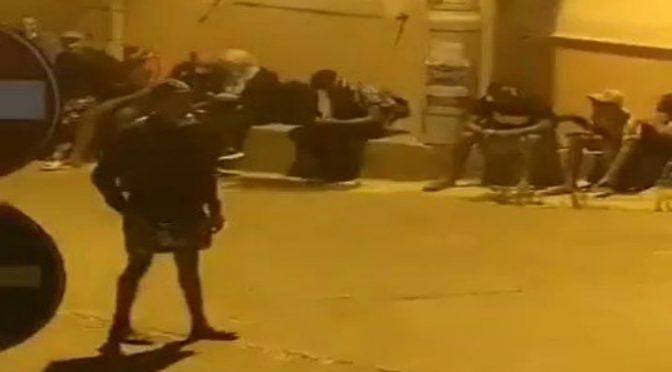 Lampedusa invasa: clandestini liberati marciano sull'isola – VIDEO
