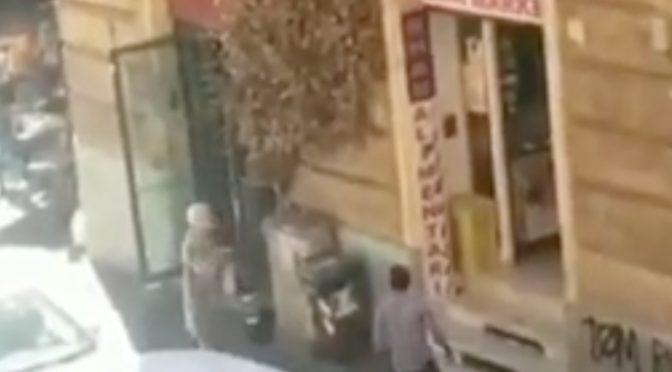 """Nonnina contro immigrato: """"C'AVETE PORTATO LA MERD*"""", orgoglio italiano – VIDEO"""