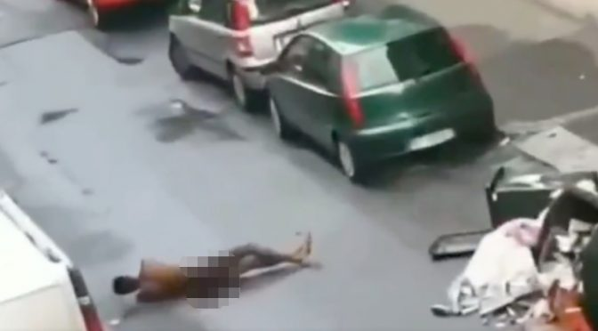 Africano sfascia tutto e si rotola nudo in mezzo alla strada – VIDEO