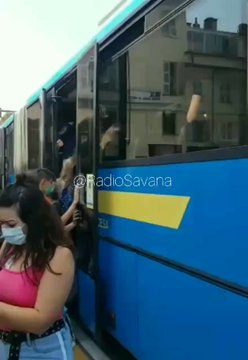 Bus pieni zeppi di studenti: così il governo diffonde il virus – VIDEO