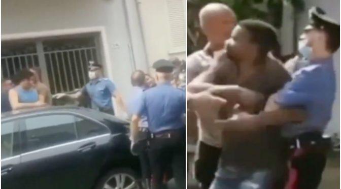 Scontri tra migranti infetti in fuga e italiani, assaltano militari: folla tenta linciaggio – VIDEO
