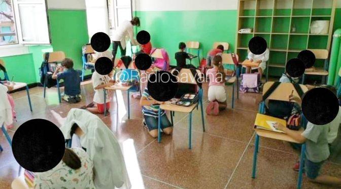 Scuole senza banchi: bimbi in ginocchio usano le sedie, li costruiscono da soli – FOTO