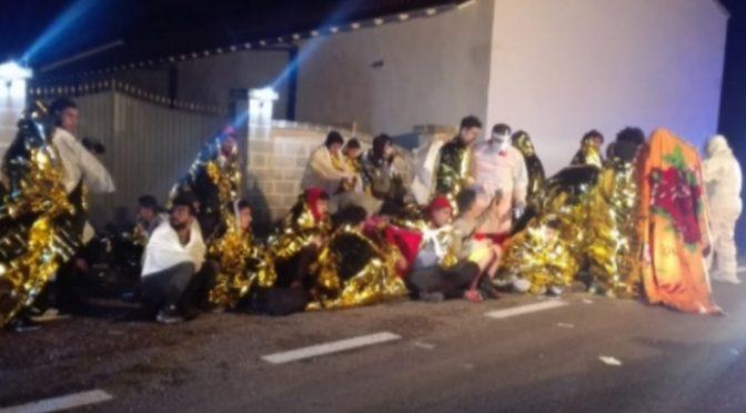 Sbarcano 50 clandestini egiziani e si dichiarano 'minori'