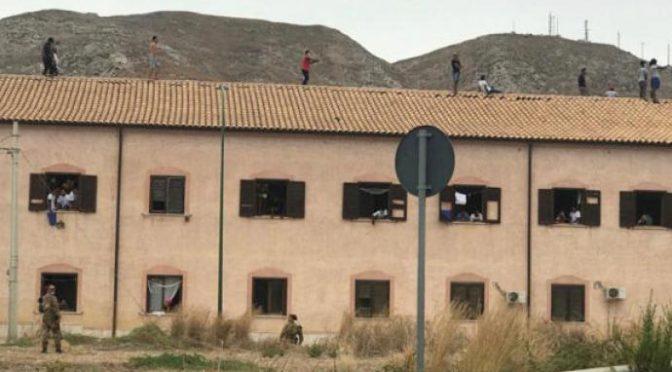 """Immigrato in quarantena sale sul tetto: """"Fateci uscire"""""""
