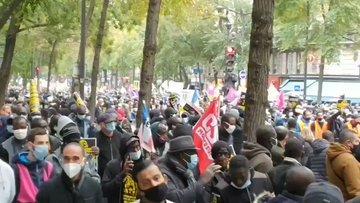 Parigi invasa da clandestini che vogliono la regolarizzazione 'Bellanova' – VIDEO