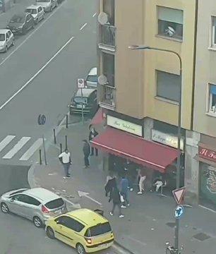 Scontri a cinghiate nel quartiere multietnico di Milano – VIDEO