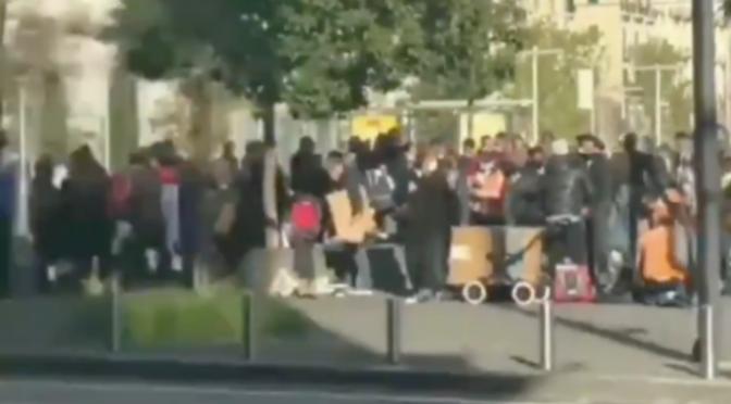 Centinaia di immigrati assembrati: spacciano e vendono merce senza mascherina – VIDEO