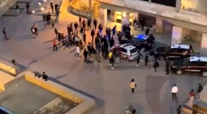 50 ragazzini assediano auto carabinieri: calci, pugni e bastonate per la 'movida' – VIDEO