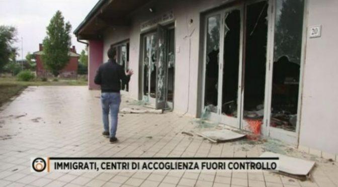 Immigrati positivi distruggono il centro di accoglienza: escono quando vogliono – VIDEO