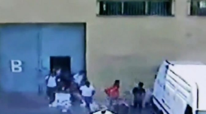 80 immigrati in fuga da quarantena travolgono poliziotto, lo calpestano – VIDEO CHOC