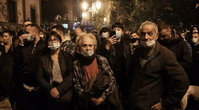 Governo blinda le piazze ma il popolo manifesta lo stesso: rivolta dilaga in tutta Italia