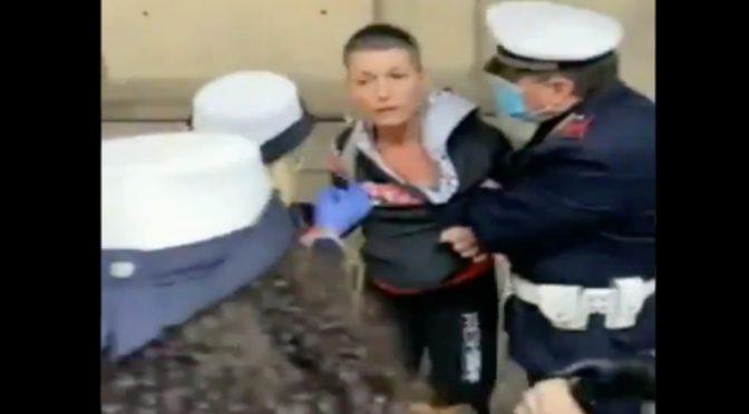 """Venti vigili placcano donna a passeggio senza mascherina. FOLLA: """"Andate a prendere i clandestini"""" – VIDEO"""