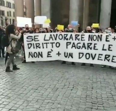 """L'Italia si ribella: la rivolta non si ferma, centinaia al Pantheon al grido """"Libertà"""" – VIDEO"""