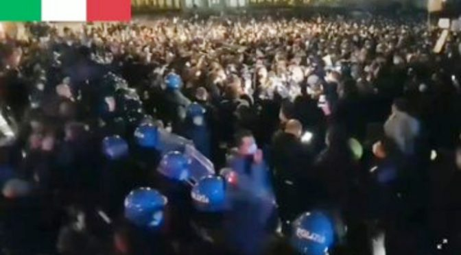 Napoli, migliaia in marcia verso Regione: Polizia lascia passare – VIDEO