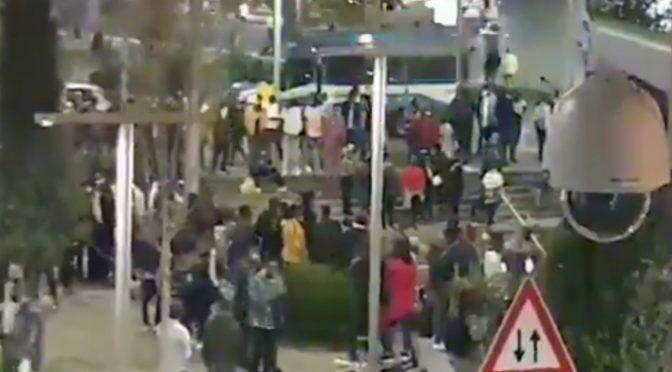 Centinaia di nigeriani ballano indisturbati: in piazza accanto governo disperde manifestanti italiani – VIDEO