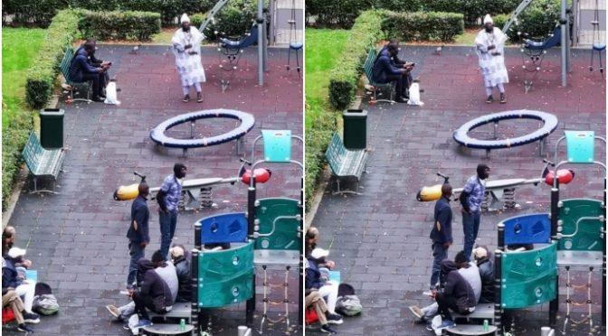 Milano, immigrati cacciano bambini dai parchi – FOTO