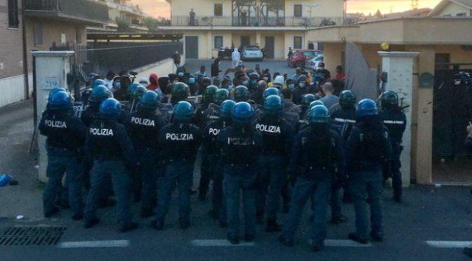 """Migranti positivi cacciano operatori e occupano il centro di accoglienza: """"Ci autogestiamo"""" – VIDEO"""