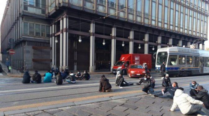 """Immigrati bloccano il traffico davanti questura: """"Vogliamo viaggiare"""" – FOTO"""