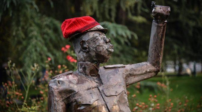 Milano, teppisti di sinistra deturpano città con orrenda statua africana