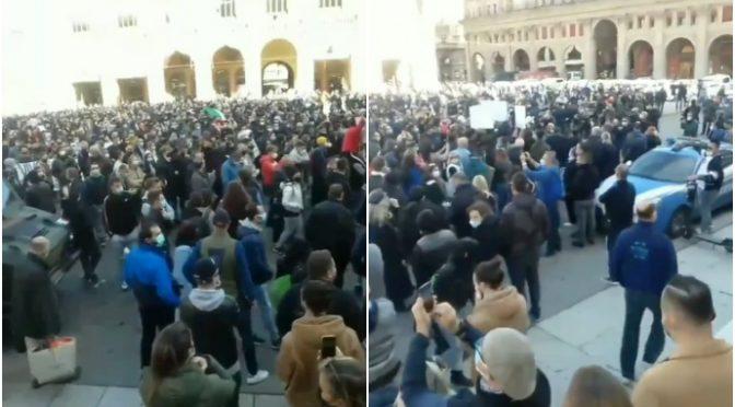 """La rivolta travolge Conte: migliaia in marcia a Bologna al grido """"libertà"""" – VIDEO"""