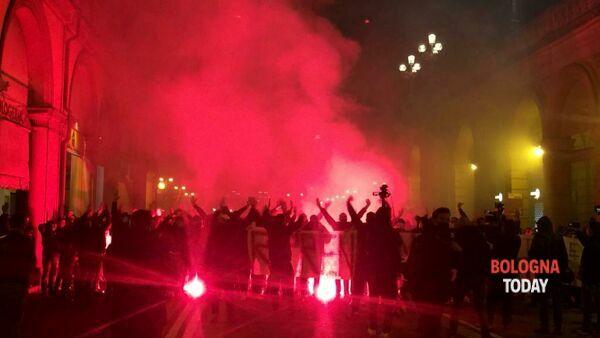 Anche Bologna in rivolta, Sardine cacciate dalla piazza: folla chiede la testa di Conte – VIDEO