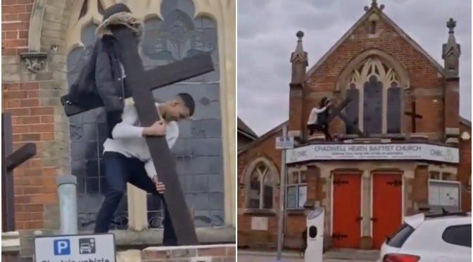 Migrante abbatte croce, la strappa dalla chiesa – VIDEO