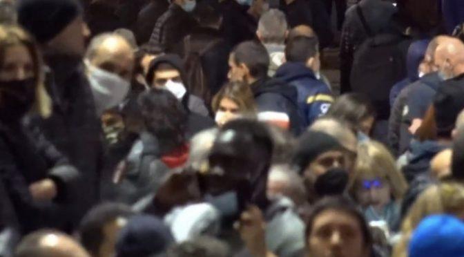 Firenze, immigrati e centri sociali infiltrano manifestazione e devastano città – VIDEO