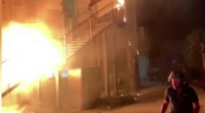 Guerriglia al centro d'accoglienza: fuga di immigrati infetti dopo l'incendio