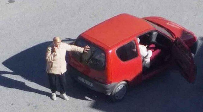 """Muore in auto davanti all'ospedale tra le urla della moglie: """"fateci entrare!"""""""