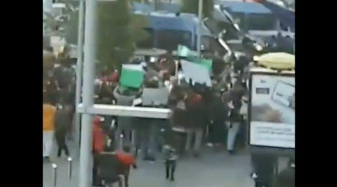 Nigeriani, centinaia occupano piazza a Napoli: tutti assembrati senza mascherina – VIDEO