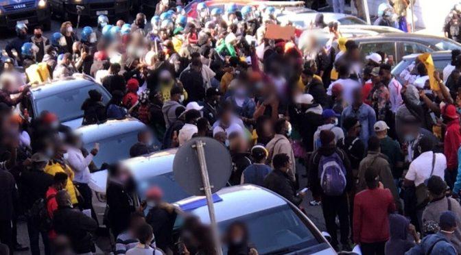Nigeriani marciano su quartiere di Roma, bloccano tutto – VIDEO
