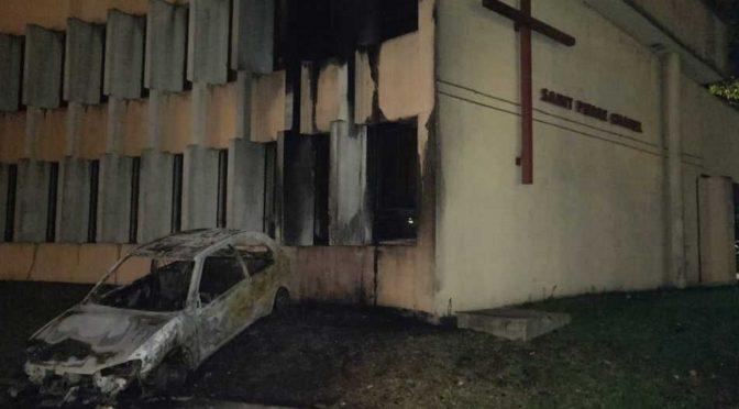 Francia, commando mascherato brucia chiesa – VIDEO