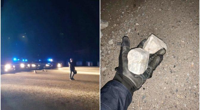 """Migranti infetti assaltano poliziotti: """"Cittadini chiusi in casa e loro fanno quello che vogliono"""""""