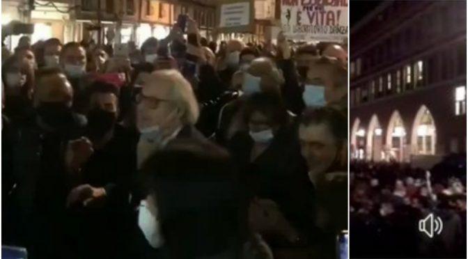 """Sgarbi arringa la folla in rivolta: """"Conte, Conte, vaffancul*"""" – VIDEO"""