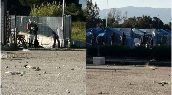 """Poliziotti feriti da immigrati positivi in rivolta, presi a sassate: """"Governo vuole il morto?"""" – VIDEO"""