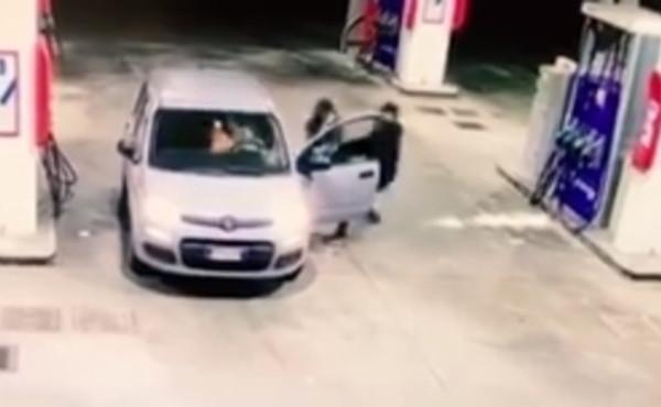 La trascinano fuori e si prendono l'auto: ragazza terrorizzata da loro – VIDEO
