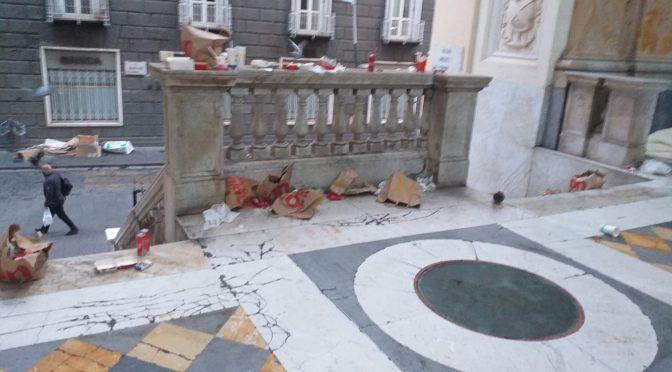 Ieri sera centro Napoli ridotto a un letamaio dai selvaggi della 'movida' – FOTO