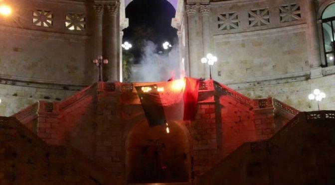 La sinistra anti-italiana brucia il tricolore a Cagliari – VIDEO