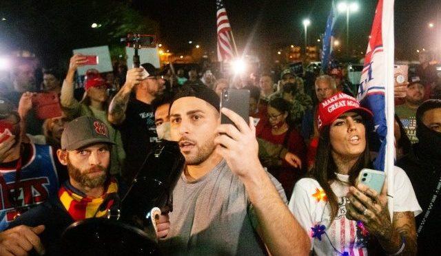 """Usa2020, folla protesta contro i brogli fuori dai seggi: """"Contate i nostri voti"""" – VIDEO"""