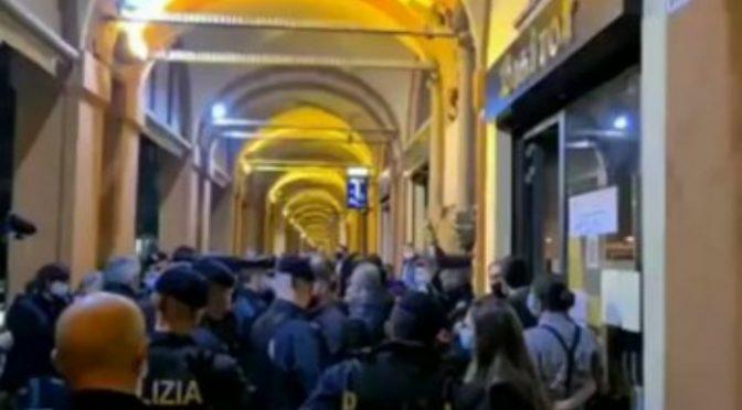 Decine di agenti per chiudere il suo locale, in tenuta anti-sommossa  – VIDEO