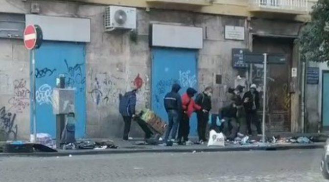 ZONA ROSSA: Africani vendono la loro merce rubata davanti ai negozi italiani chiusi – VIDEO