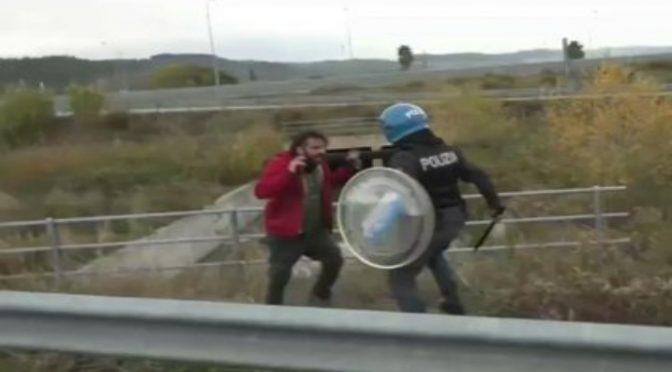 Lamorgese perde la testa, vigile del fuoco manganellato da poliziotto – VIDEO